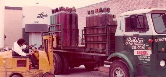 OldSchool_TruckBeingLoaded_1920x900pixels
