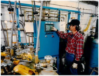 Man using a automated filling system for the filling of straight gases